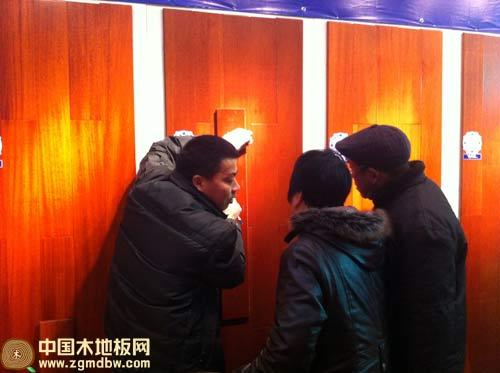 直击:贝亚克青花瓷地板引爆扬州展会-中国木地板网