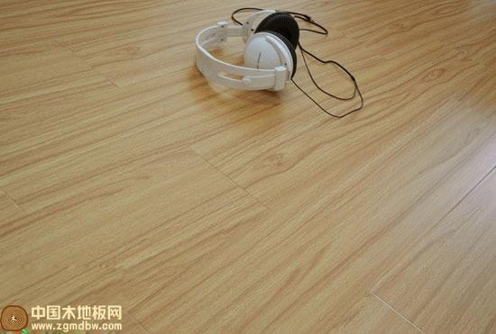 木臣泰国柚木强化复合地板  产品描述:哑光面铺装效果温