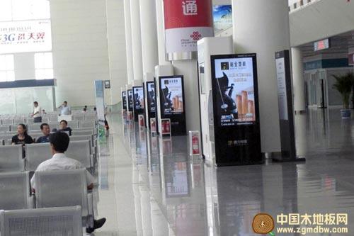 高铁/济南西站高铁候车室柏金地板广告效果全景图