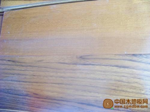 柚木地板边材和心材产生的色差