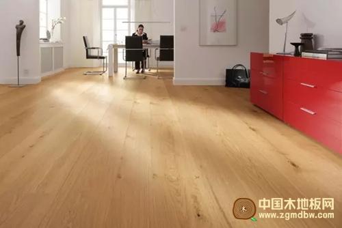 三层实木地板具有强化复合地板安装保养方便的优点
