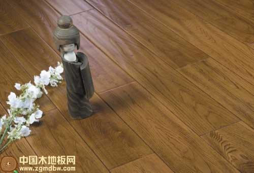 宏鹏地板首先以名贵木材自然花纹为摹本