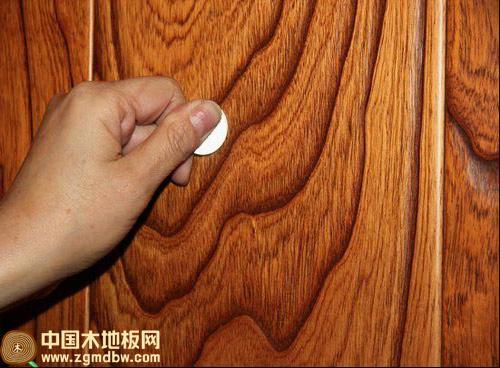 永吉仿古复合实木地板耐磨能力测试